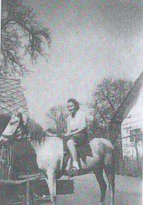 Tončka Drobnič na konju, s katerim je ob osvoboditvi prijahala v Grahovo, domačega praga pa ni prestopila. (Foto: arhiv Andrej Drobnič)