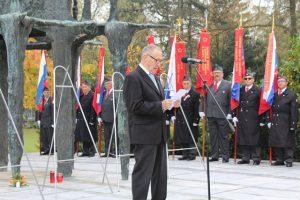 Tit Turnšek, predsednik ZZB NOB Slovenije je pred spomenikom na Žalah spregovoril v spomin na umrle borce proti fašizmu in nacizmu.