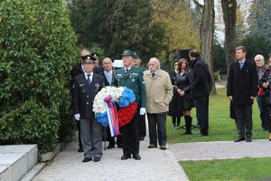 Delegacija ZZB NOB polaga venec pred spomenikom žrtvam NOB na Žalah