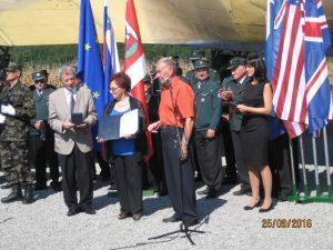 Predsednik ZZB NOB Tit Turnšek podeljuje srebrno plaketo Vladimiri Škof (foto Hermina Golobič)