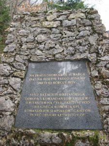 Spominska plošča na spomeniku pod Resevno, kjer je padel celoten 2. bataljon Kozjanskega odreda (Foto Jožica Hribar)
