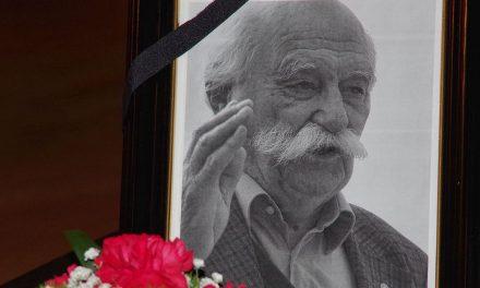 Milan Kučan na slovesu od Janeza Stanovnika